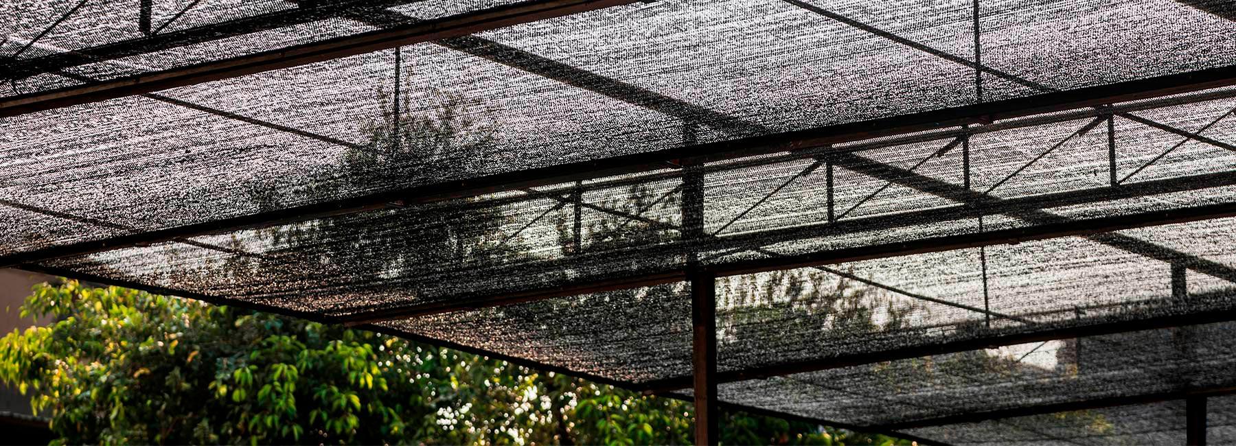 NISHIZAWAARCHITECTS использовали сельскохозяйственную сетку для затенения нового ресторана во Вьетнаме