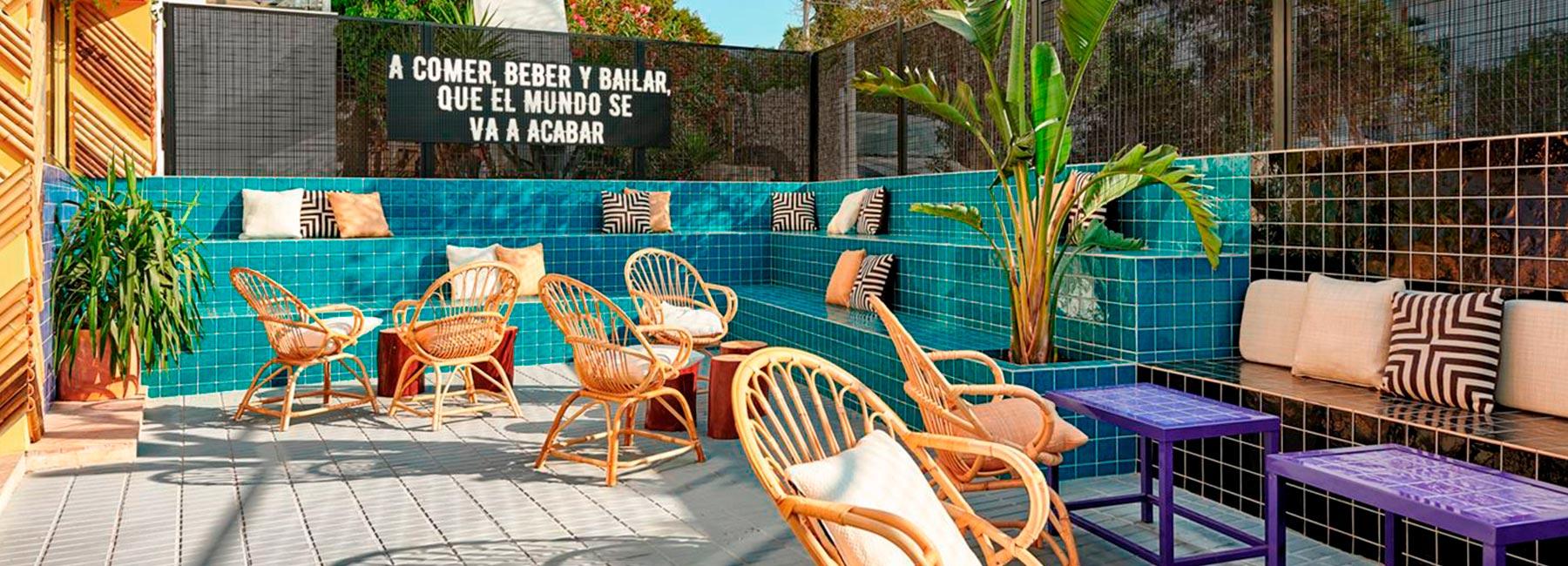 Дизайн интерьера красочного бара Toro на Ибице